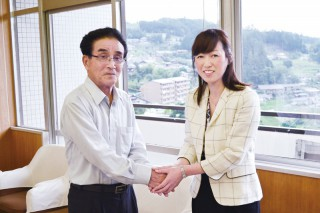 伊藤村長と握手する釈党首。